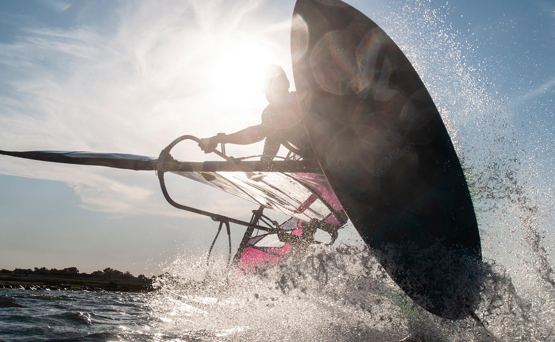Windsurfen Freestyler Bastian Grimm in Wulfen auf Fehmarn absprung shaka
