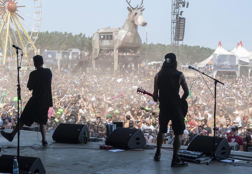 Fotoreportage Deichbrandfestival 2018 Festival Rockband Le Fly Konzert von der Bühne über die Fans