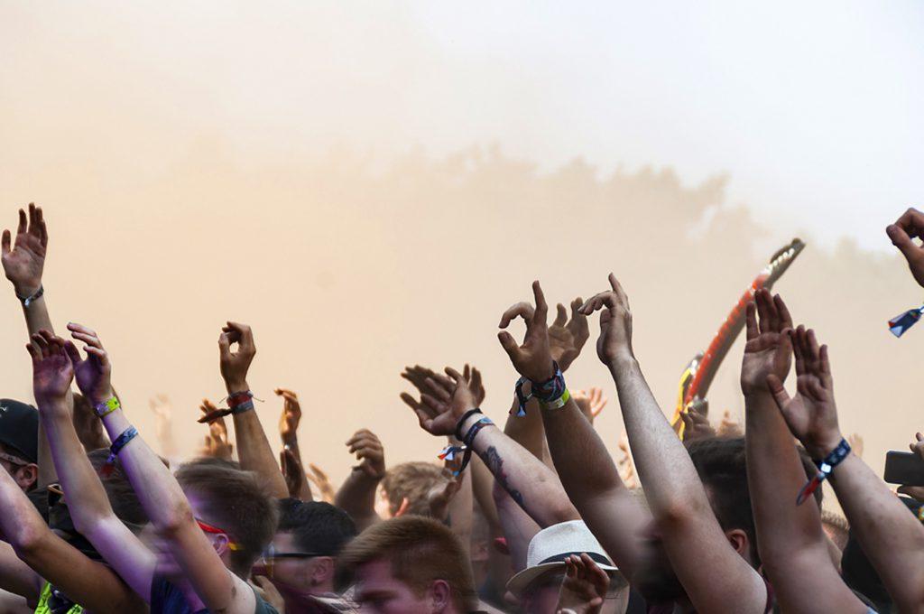 Fotoreportage Deichbrandfestival 2018 Festival Rockband Le Fly die Fans in der Staubwolke